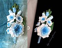 """Бутоньерка для жениха или свидетеля """"Бело-голубые розы"""""""