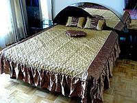 Жаккардовое покрывало с оборками и декоративными подушками