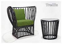 Кресло из толстого ротанга эксклюзивного дизайна с мягкими подушками зеленого цвета.