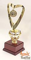Кубок награда на деревянной подставке