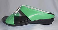 Зеленые летние женские кожаные шлепки на плоской подошве с брошкой