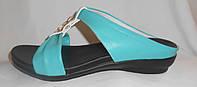 Голубые летние женские кожаные шлепки на плоской подошве с брошкой
