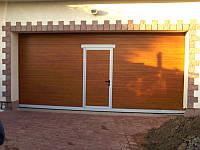Гаражные секционные ворота со встроенной дверью