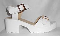Белые лаковые женские босоножки на белой тракторной подошве на среднем каблуке