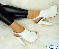 Белые женские босоножки на толстом каблуке