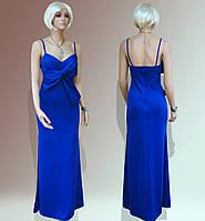 Длинное синее платье на бретелях и с бантом на груди