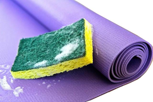 Как следует чистить, складывать и хранить коврики для йоги >>>