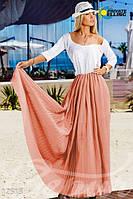 Яркое женское летнее платье в пол со свободным верхом, комбинированным юбкой другого цвета и фактуры