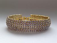 Вечерний браслет с россыпью белых камней в золотом металле
