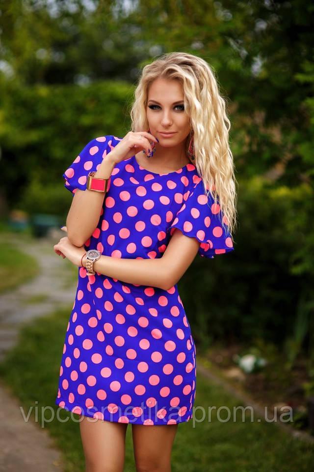 Платье в горох девушки