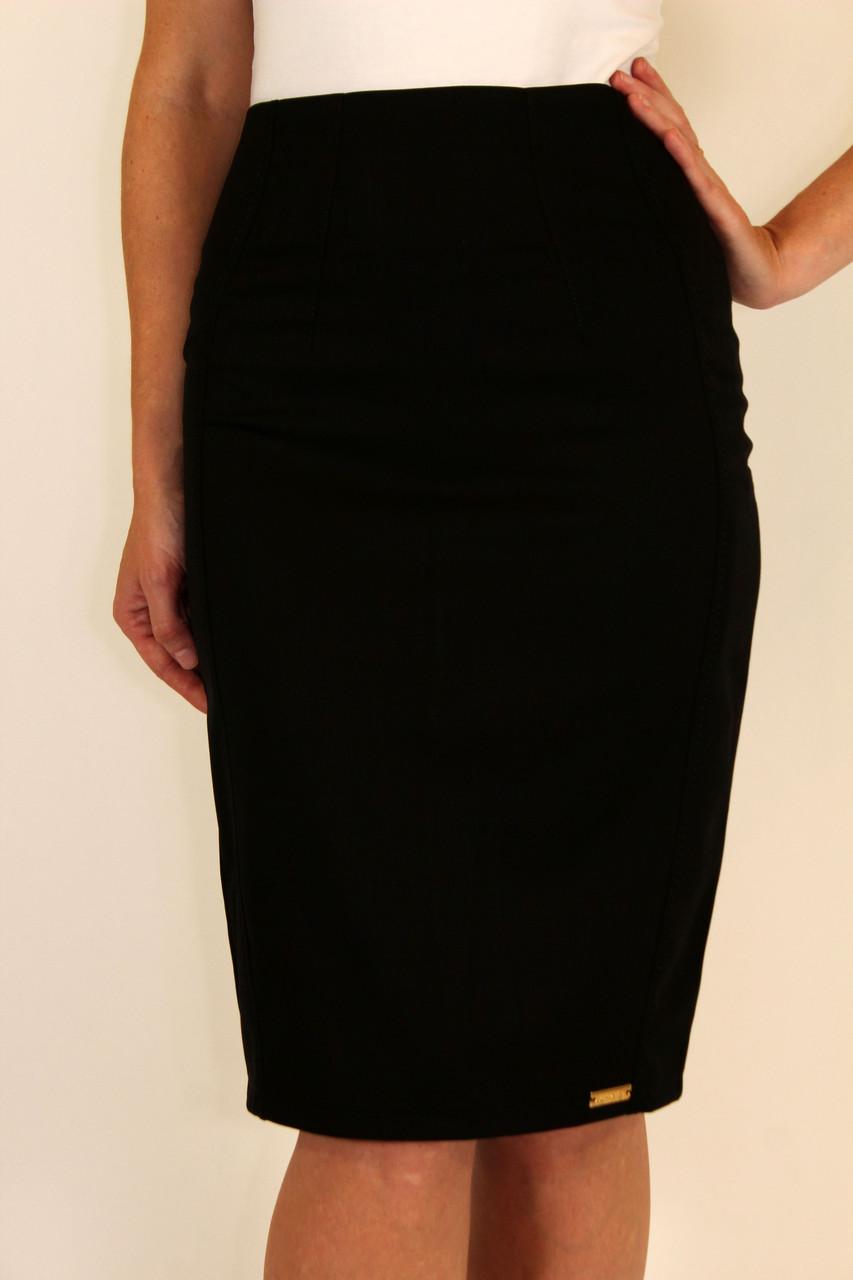Такой покрой способен визуально сделать вашу фигуру более стройной и высокой, а значит, юбку-карандаш стоит носить