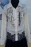 Блузка молочного цвета с синим кружевом