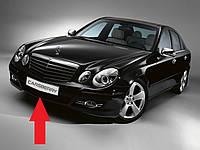 Центральная решетка в передний бампер Mercede E W211 новая оригинал