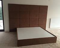Современная кровать в спальню на подиуме, изголовье кровати из ткани на всю стену