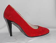 Красные замшевые туфли на шпильке