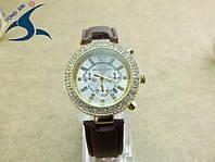 Часы Майкл Корс со стразами на кожаном браслете