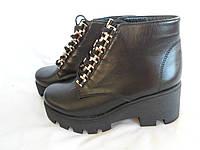 Женские кожаные ботинки из черной кожи на тракторной подошве, а.739ч