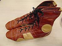 Коричневая кожаная обувь для борьбы и единоборств.