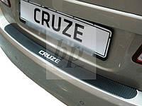 Защитная хром накладка на задний бампер (планка без загиба) карбон Chevrolet Cruze 4D-шевроле круз седан 2008+