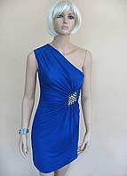 Нарядное синее женское платье с вырезом на одно плечо и аппликацией в виде броши