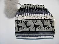 Осенняя (осенне-зимняя) женская шапка с оленями и двумя бубонами Олени