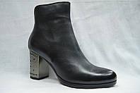 Черные кожанные  ботинки MALROSTTI с металлическими вставками на каблуке и замшевой вставкой сзади