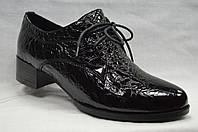 Туфли кожанные  лакированные со шнурками на низком каблуке.Маленькие размеры.