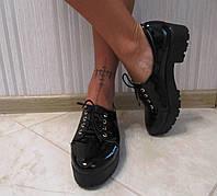 Стильные женские туфли на платформе черные лаковые