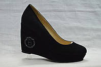 Черние замшевые нарядные туфли Berloni на танкетке и платформе