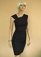 Черное трикотажное платье с драпировкой по боку и оригинальным оформлением выреза