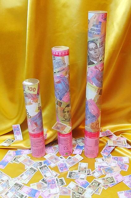 Хлопушки пневматические с сувенирными гривнами длиной 40 см