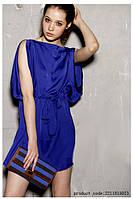 Синее платье-туника свободного кроя, собираемое в талии на пояске-ленте