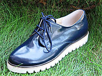 Стильные кожаные туфли на белой тракторной платформе темно-синего цвета