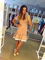 Платье трикотажное бежевого цвета с оборкой и белой дотачкой