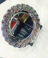 Металлическая тарелка серебряного цвета, диаметром в 20 см