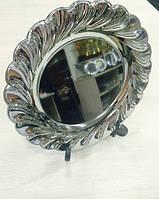 Металлическая тарелка серебряного цвета, диаметром в 30 см