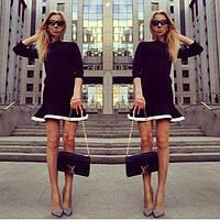Платье трикотажное черного цвета с оборкой и белой дотачкой