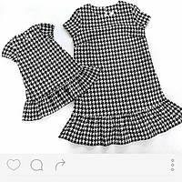 Комплект одинаковый платьев для мамы и дочки в расцветке гусинная лапка