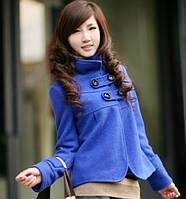 Короткое женское пальто синего цвета с воротником-стоечкой и планками на груди
