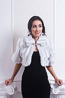 Красивое вечернее женское болеро декорировано брошкой белого цвета