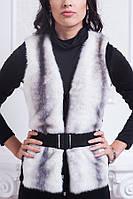 Модная жилетка с трикотажем на вырезах рукавов