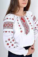 Красивая женская сорочка вышиванка в украинском стиле украшена орнаментом красного цвета
