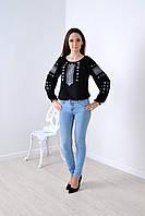 Стильная женская блуза модного кроя украшена украинской вышивкой орнамет