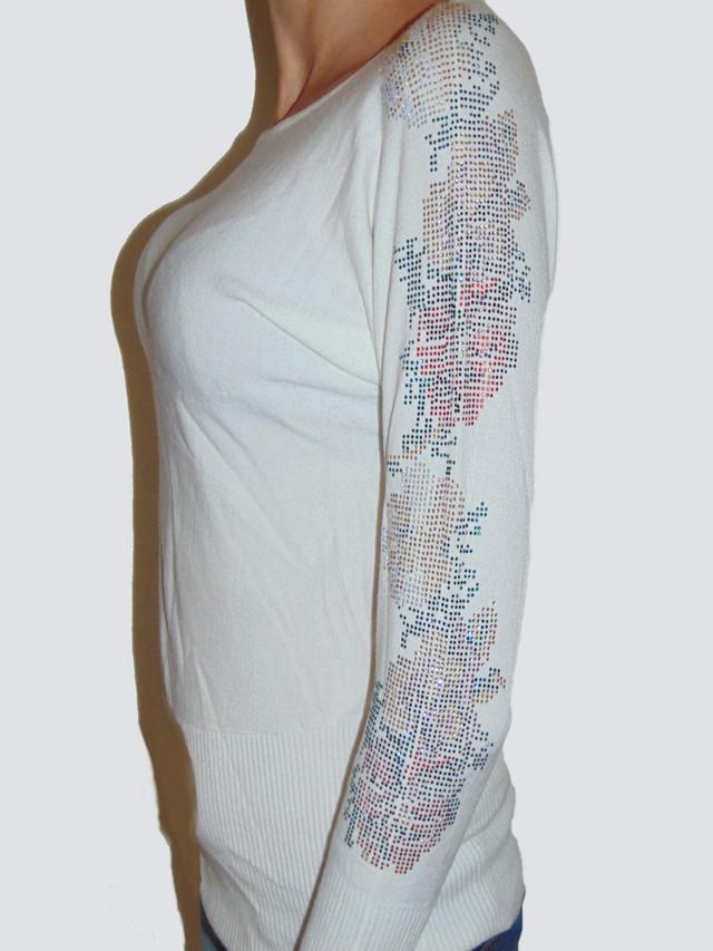 Аппликация из камней на белом свитере с розой-1