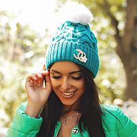 Женская вязаная красивая шапка с меховым бубоном шанель