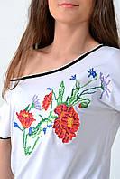 Оригинальная женская вышиванка в белом цвете украшена полевыми цветами