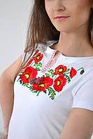 Праздничная женская футболка в белом цвете украшена вышитым букетом из маков