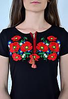 Красивая вышиванка в украинском стиле украшена насыщенным букетом из маков