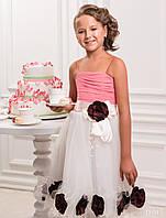 Нежное детское платье украшено цветами и бусами
