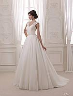 По - королевски роскошное свадебное платье с небольшим шлейфом и V - образным вырезом на спине